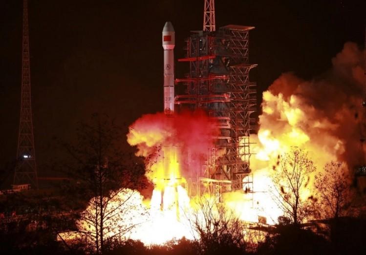 """中国成功发射最新研制的通信广播卫星""""中星2D""""(图文)"""